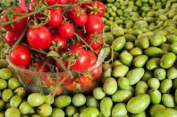 tomates y olivas, color de Mercado. foto @anamariamarrero